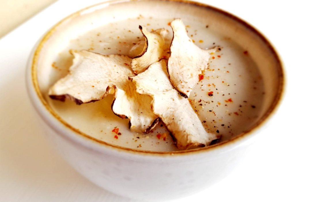 Une recette détox de saison : velouté de panais, chou blanc et chips de topinambour